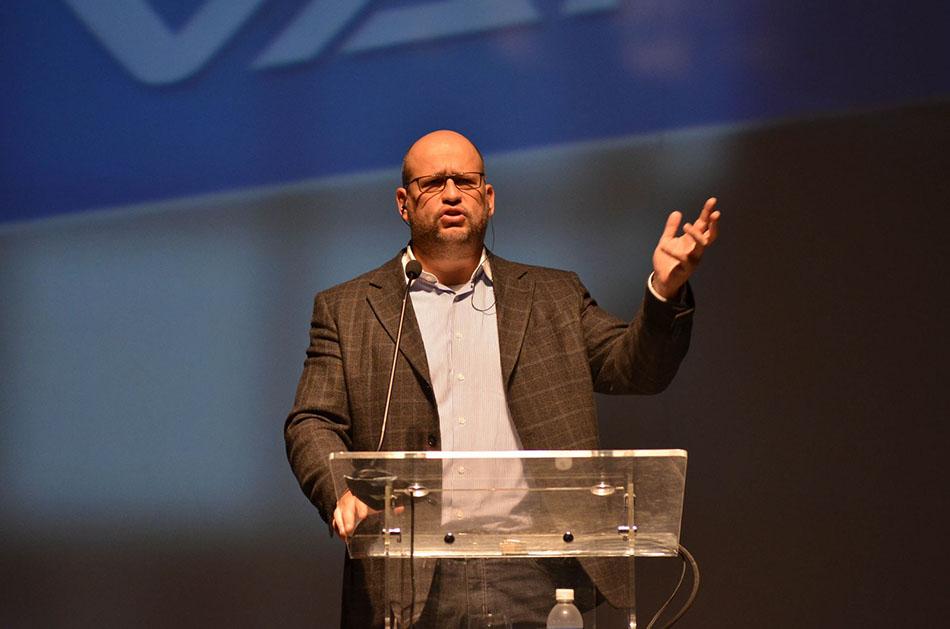 Professor Clóvis de Barros Filho exerce liderança e poder.