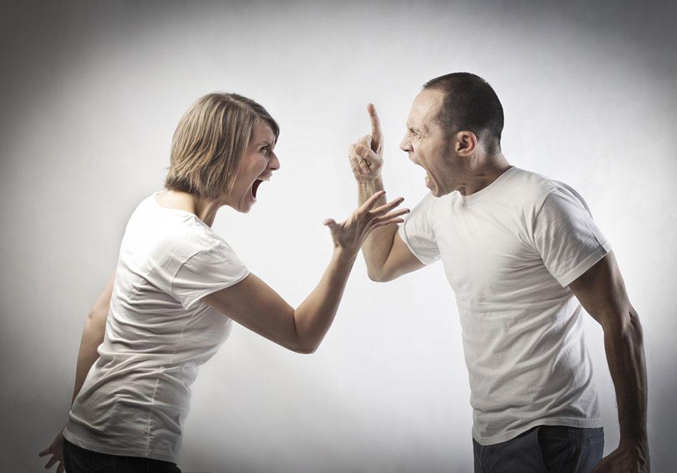 A técnica dos 101% para aplicar como técnicas de vendas é para quebrar ideias erradas. A imagem mostra um casal discutindo.
