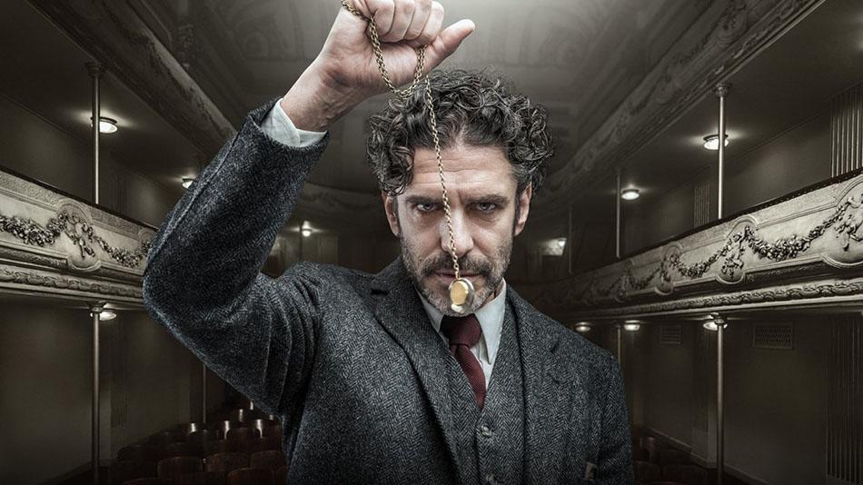 Gatilhos mentais estão entre as principais técnicas de vendas. A imagem mostra um hipnotizador segurando um relógio de bolso.