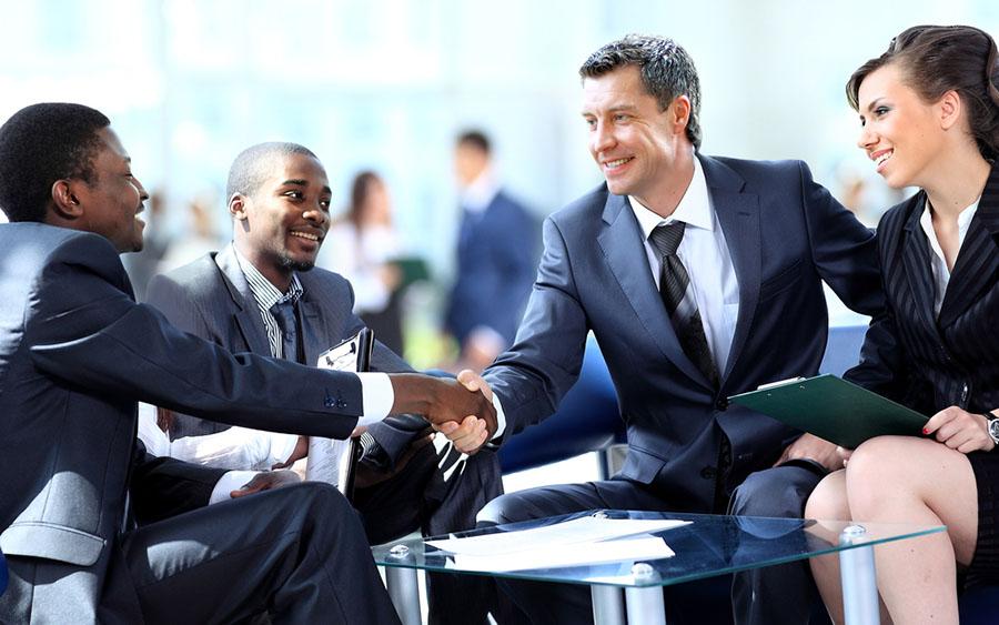 A importância do relacionamento interpessoal. A imagem mostra um grupo negociando em uma empresa.