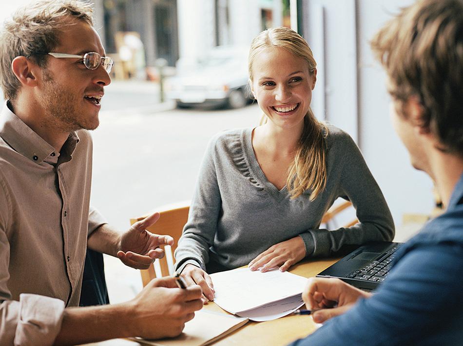Uma parte das técnicas de vendas é saber como quem você fala. A imagem mostra uma mulher e dois homens conversando.