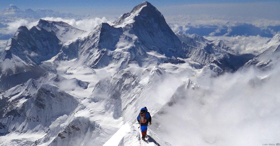 Se fosse fácil, qualquer idiota faria. A imagem mostra um homem subindo o monte Everest.